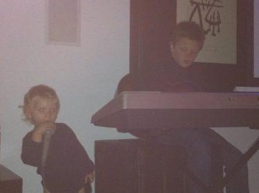 Lance är otroligt duktig på både gitarr och piano. Här spelar han gitarr och Liv sjunger med.