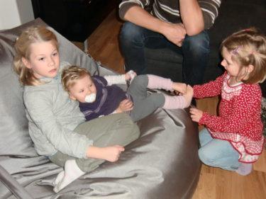 Liv hittade två nya vänner i grannflickorna. Hon blev ompysslad som en liten docka.
