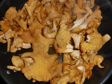 Passade på att köpa kantareller innan det är försent. Min svamplycka i skogen har varit usel i höst.