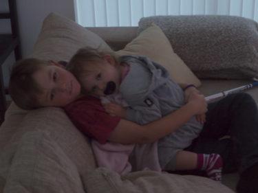 Från nedanvåningen hördes inte ett ljud. William och Liv hade myst upp sig i soffan och vilade. Liv på Williams mage. Så gulligt!