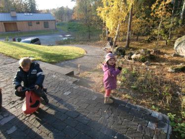 Tristan och Liv leker i väntan på att vi ska hämta Mio.