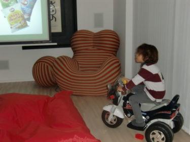 """När vi kom hem kom syster över och vi titade på slutet av Idol och myste i soffan. Mio valde att sitta på den """"bekväma"""" motorcykeln."""