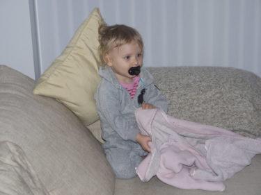 Inte konstigt att hon är trött när hon knappt sovit i natt. Hon höll sig dock vaken till halv sju.