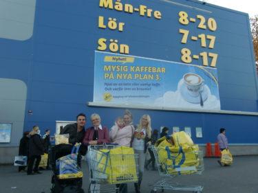 Lill-magnus, mamma, Pernilla med Livan i famnen och Jag efter en svettig shoppingdag.