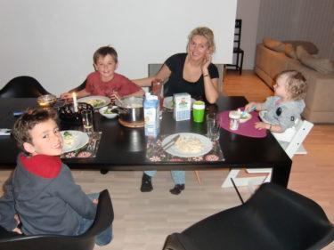 Pasta Carbonara stod på middagsmenyn och alla var nöjda och glada.