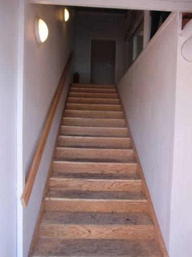Trappan upp till kontorsutrymmet ska målas eller läggas någon form av matta på.