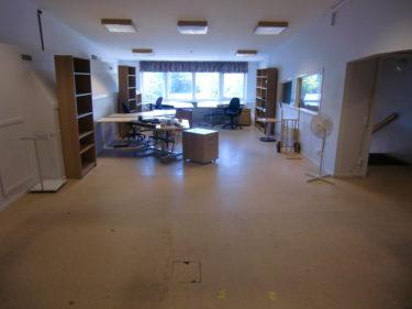 Här ser du själva kontorsytan. Se nu med andra ögon för allt ska ändras. Ut med de möbler som står där, måla väggar och lägga ett fint golv. Något typ av trägolv (laminat) lutar det åt. Tänker hålla det minimalistiskt och ljust. Vita väggar. Vid fönstret hade vi tänkt att ha kontorsbord, till vänster en soffgrupp, mer lounge-aktigt, och på högersida ska vi sätta in ett litet kök.