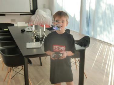 Peter hade köpt radiostyrda helikoptrar till pojkarna som de flög runt med hela förmiddagen.