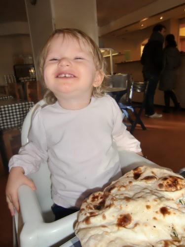 Åt Indiskt till lunch. Livis blev som tokig i nan-brödet och tog hela kakan.