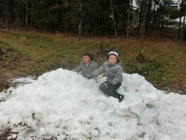 Tidigare idag var pojkarna ute och lekte i den sorgsna lilla högen av snö som låg kvar. de lyckades bygga en mini-iglo och var mäkta stolta.