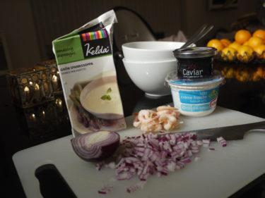 Värmde en redan färdig grönsparrissoppa, lade i handskalade räkor och toppade till sist soppan med lätt creme fraisch, stenbitsrom och rödlök.