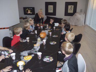 Barnen lyssnade på mina spökberättelser och tittade med stora ögon på mig när jag serverad maten.