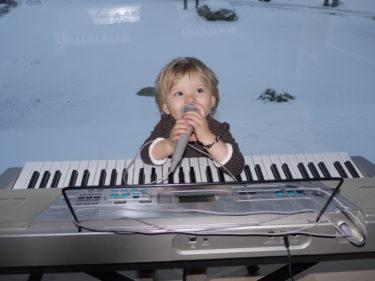 Så glad att hon sjunger! Hon är den enda som kan väcka pojkarna utan att de suckar och stönar. Undra om William och Mio hade blivit lika glad om jag satte mig och sjöng och klinka på pianot?! God morgon, god morgon. Alla fåglar sjunger nu...