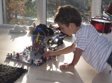 Mio och William har byggt städer i Lego, som står lite här och var. Man får passa sig vart man sätter ner fötterna.