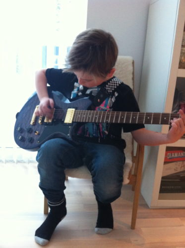 William blev fotat med sin gitarr...