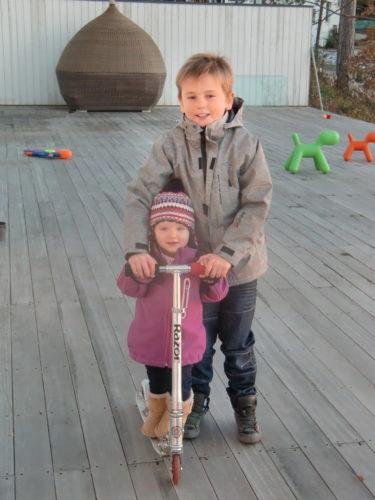 William och Liv tog en tur på sparkcykeln innan vi skulle fara hem till mamma.
