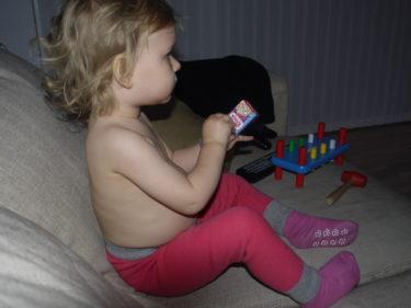 ...så hon flydde upp i soffan med sitt paket.