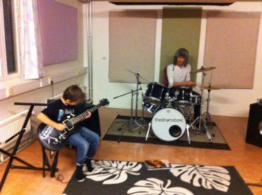 William spelda elgitarr och hans gitarrlärare Martin spelade trummor. Blev imponerad!