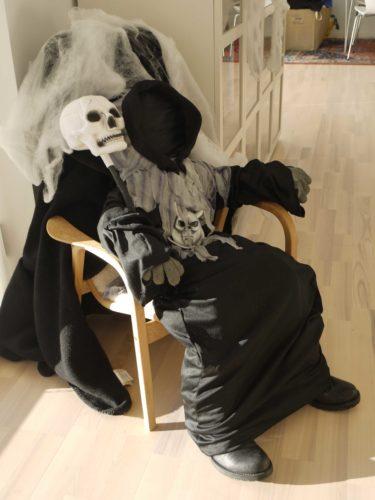 Klädde en stor docka i spökkläder och mina skor.