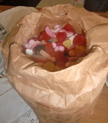 Till Peters stora lycka fick vi hjälpa till att äta upp godis (ur en påse stor som en ICA-kasse) som blivit över från deras fest.