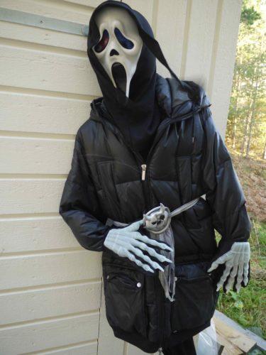 Min uppstoppade dunjacka och Scream-mask välkomnade barnen.