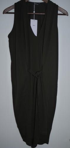 Har redan en svart likadan klänning. Jag tycker så mycket om den att jag köpte en till fast i mörkgrönt.