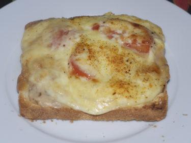 ...och varma mackor. Franskbröd med champinjonstuvning, skinka, tomat, stark senap och massor av ost på som får smälta i ugnen. Gott!
