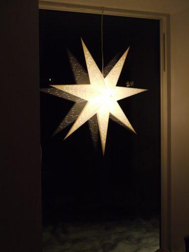 Hängde upp ter julstjärnor. Den här stora vita som jag köpte på GeKå´s i höstas passar perfekt i köksfönstret.