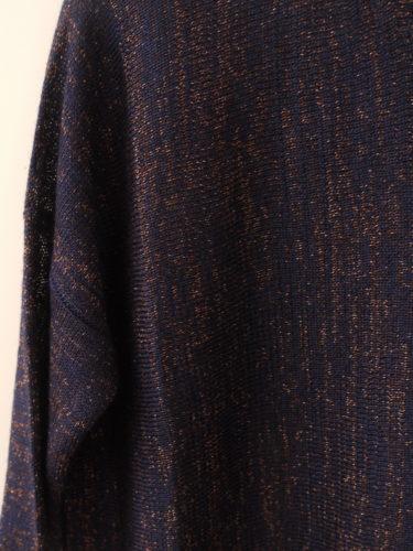 Svårt att fånga färg och form på bild. Tröjan är i en vacker lilablå färg med bronzefärgade trådar. Syns lite bättre på en närbild.