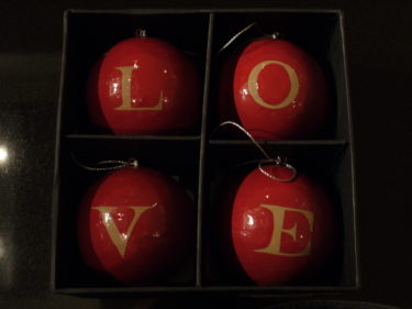Några röda saker måste jag dock ha. Rött symboliserar ju julen. Ska hitta en bra plats för mina fyra Love-pumlor.