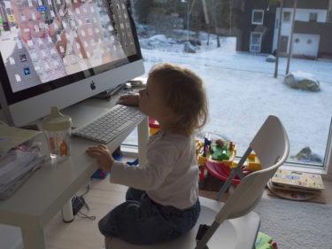 det här är Livs favoritplats i huset. Inga leksaker i världen slår datorn, musen och tangentbordet.