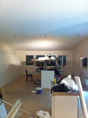 Vägg och tak är målat i själva kontorsrummet där vi kommer ha våra skrivbord. Golvet kommer läggas när allt stök med målning, småjusteringar och snickerier är klara.