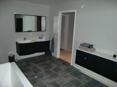 Vårt stora badrum. Badkar och dusch gömmer sig bakom kameran.