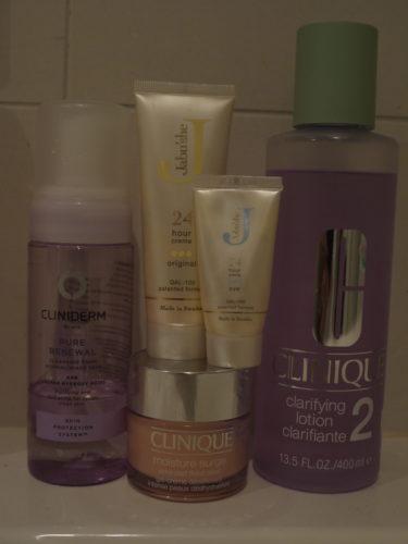Ansiktstvätt från Cliniderm (finns på Apoteket), fuktkräm i burk Clinique, även ansiktsvattnet från Clinique (brukar även använda Neutrogena som finns på bl a Ica Maxi och apoteket) Ansiktskräm och ögonkräm från Jebu´she.