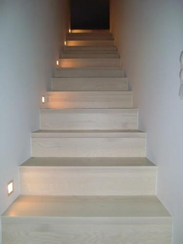 Trappan till övervåningen. inbyggda spots och nu har vi även ett räcke i samma trä som trappan.