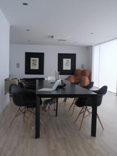 Matsalsbordet med stolar är nu på plats. Rekvisitan kryper under boret.