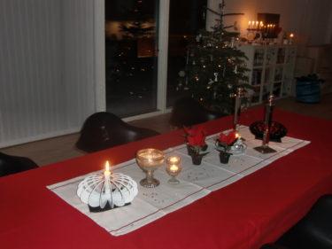 Efter Kalle dukade jag julfint på bordet, tände alla ljus jag hittade och började med maten.