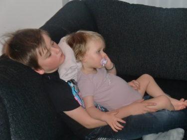 Ikväll var det trötta barn som satt i soffan. Ungefär lika trötta som sin GAMLA mamma.