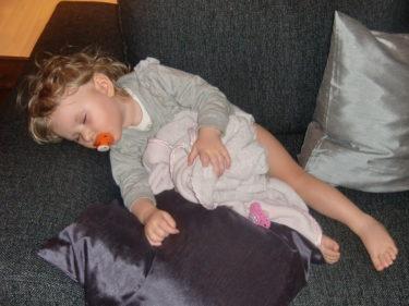 En trött Livis tog sig en tupplur på soffan. Låg bredvid pch luktade på henne, tittade på henne och klappade hennes panna. Min älskade prinsessa.