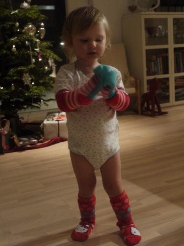 """Livis fick ett paket med strumpor. Tjocka och varmare """"Hello Kitty-sockar""""."""