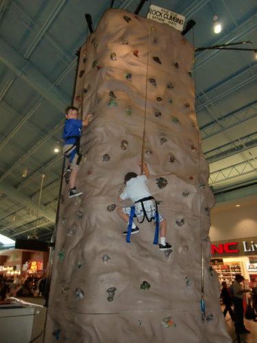 Pojkarna provade på att klättra medan jag kikade i affärer.