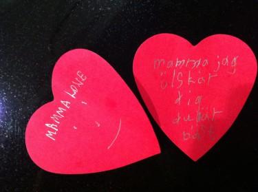 Pojkarna hade gömt två hjärt-lappar till mig under min favorit kaffekopp. Oj, vad glad jag blev. Vilken kärlek. De kommer hem idag och imorgon far vi till Miamai. Underbart!