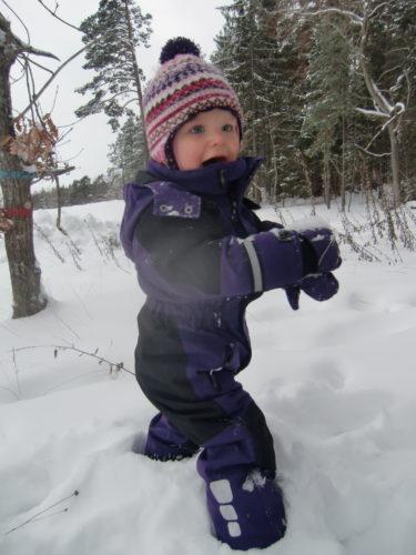 Liv gillar inte att sitta och leka i snön. Hon vill helst sitta i sin pulka. Försökte mig på att göra en snöängel med henne men det ar hemskt att få snö på sig tyckte hon.