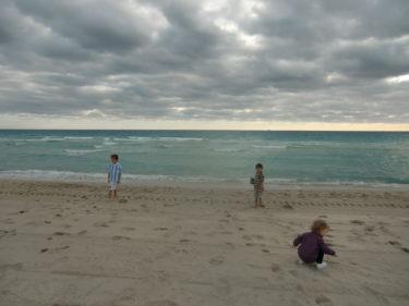 Idag har vi varit på stranden, letat snäckor och doppat tårna i havet.