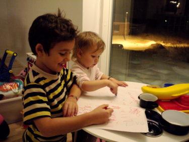 De satt länge och ritade tillsammans. och hade dessutom prutt-tävling, vilket nog är det roligaste de vet.