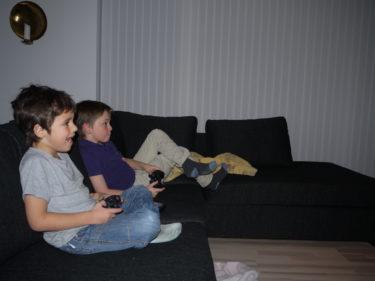 Efter middagen spelade pojkarna fotbollsspel. Efter en stund gjorde alla mina tre pojkar det. När det kommer till spel så är Peter och William värst. De klarar inte av när den ene vinner. Riktigt dåliga förlorare.