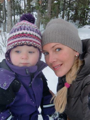 Att äta snö och kasta på mig var dock kul. Är det en myt att barn får mask i magen av att äta snö? Du vet de äckliga vita små springmaskarna som härjar runt i rumpan på barn. Blä!