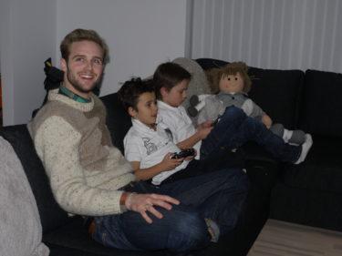 Igårkväll hade vi en vän som heter Calle på besök. Pojkaran gladde sig över att få spela fotbollsspel med någon som inte var en lika dålig förlorare som Peter :-)