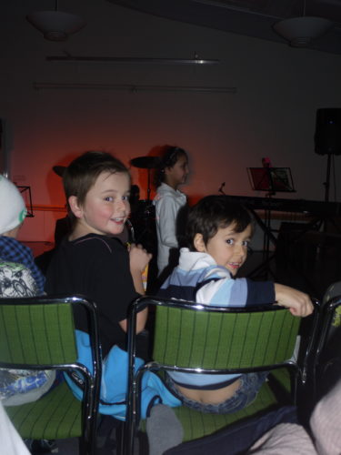 Mina älskade pojkar satt längst fram och kollade in sina kompisar och andra barn från musikcentret som uppträdde.