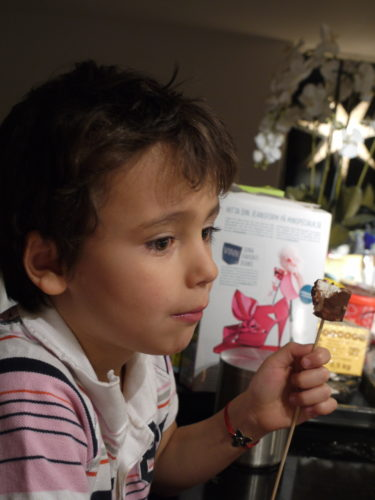 Mio gillar både lussekatterna och mina cholklad-marschmallows. hela familjen var i chock över min bak-bragd